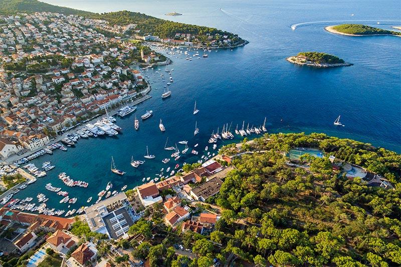 In barca all'Isola di Hvar – scoprite la più solleggiata destinazione nautica della Croazia